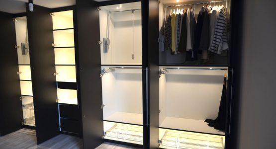 moderne zwarte kledingkast op maat met verlichting
