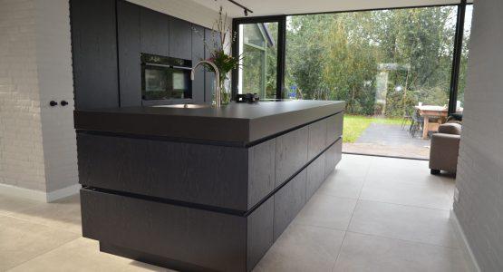 modern greeploos kookeiland met apparatenwand in een maatwerk keuken