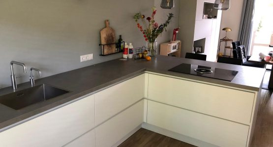 moderne greeploze keuken met bijbehorende witte keukenkast