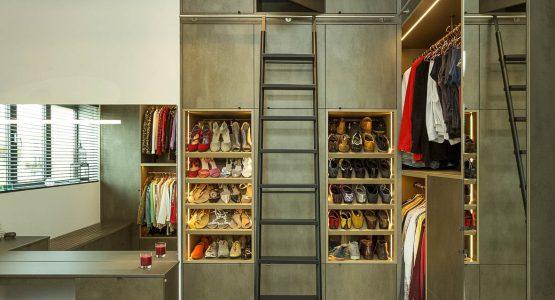 luxe inloopkast op maat met trap