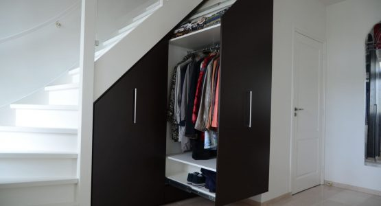 uitschuifbare garderobe trapkast